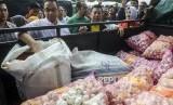Gubernur DKI Jakarta Anies Baswedan saat meninjau operasi pasar cabai merah dan bawang putih di Toko Tani Indonesia Center (TTIC), Pasar Minggu, Jakarta, Ahad (9/2).