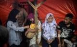 Bupati Lebak Iti Octavia Jayabaya (kiri) berbincang dengan warga di hunian sementara (huntara) di Kampung Cogobang, Desa Banjarsari, Kecamatan Lebak Gedong, Kabupaten Lebak, Banten, Kamis (13/2).