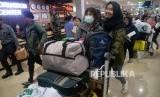 Sejumlah Warga Negara Indonesia (WNI) yang telah menjalani observasi Corona di Natuna bersiap melanjutkan perjalanan ke daerah masing-masing saat tiba di bandara Halim Perdanakusuma, Jakarta, Sabtu (15/2).