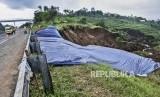 Petugas berada di area pemasangan perkuatan lereng di KM 118 Tol Cipularang, Kabupaten Bandung Barat, Senin (17/2).
