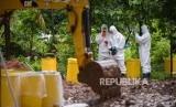 Petugas Kesatuan KBR (Kimia Biologi Radioaktif) Gegana Mabes Polri bersama petugas PTKMR (Pusat Teknologi Keselamatan Meteorologi Radiasi) mengukur paparan radiasi di area terpapar di Perumahan Batan Indah, Kota Tangerang Selatan, Banten, Senin (17/2).