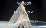 Artis Dewi Sandra menggunakan busana karya Barliasmara pada acara Muslim Fashion Festival 2020 di Jakarta Convention Center, Jakarta, Sabtu (22/2).(Republika/Putra M. Akbar)