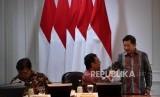 Menko Polhukam Mahfud MD (tengah), Menko Perekonomian Airlangga Hartarto (kiri) dan Menteri PPN/Kelapa Bappenas Suharso Monoarfa menghadiri rapat terbatas di Kantor Presiden, Jakarta, Selasa (25/2).