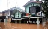 Banjir melanda Perumahan Bumi Nasio Indah, Bekasi, Jawa Barat, Selasa (25/2). Dari 1.254 gardu PLN di Jawa Barat yang terdampak banjir, tinggal 252 yang belum beroperasi.