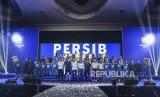 Pemain Persib Bandung bersama ofisial berfoto saat acara Launching Persib 2020 di Harris Festival Citylink, Kota Bandung, Selasa (25/2).