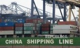 Aktivitas bongkar muat peti kemas di Pelabuhan Tanjung Priok, Jakarta, Kamis (27/2). Pelabuhan Tanjung Priok kembali disterilisasi untuk mencegah penyebaran wabah Corona (Covid-19).