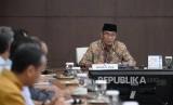 Menko PMK Muhadjir Effendy memimpin rapat tingkat menteri terkait penghentian  sementara umroh oleh arab Saudi di Kantor PMK, Jakarta, Kamis (27/2).