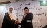 Ketua Umum PBNU KH Said Aqil Siroj berjabat tangan dengan Sekretaris Jenderal Rabithah Al-Alam Al-Islami Muhammad Bin Abdul Karim Al-Issa saat melakukan pertemuan di Kantro PBNU, Jakarta, Kamis (27/2).
