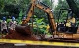 Petugas dari BATAN dan BAPETEN melakukan dekontaminasi tahap akhir dengan melakukan pengerukan tanah daerah terkena paparan tinggi radioaktif di Komplek Batan Indah, Serpong, Tangerang Selatan, Banten, Jumat (28/2/2020).