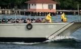 Sejumlah WNI Anak Buah Kapal World Dream dibawa menggunakan kapal LCU Soeharso untuk di observasi di Pulau Sebaru, Kepulauan Seribu, Jakarta, Jumat (28/2).