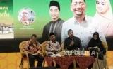 (dari kiri) Moderator Irwan Kelana, Novelis Habiburrahman El Shirazy, Pemain Film Cholidi Asadil Alam dan Oki Setiana Dewi saat Meet & Greet dan Bedah Buku Kembara Rindu dalan ajang Islamic Book Fair (IBF) ke-19 di Jakarta Convention Center, Sabtu (29/2).
