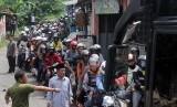 Warga membantu mengatur kendaraan di jalan alternatif menuju kawasan Puncak, Gunung Geulis, Gadog, Kabupaten Bogor, Jawa Barat, Kamis (5/5).(Antara/Yulius Satria Wijaya)