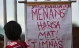 Sebuah poster dipasang oleh suporter yang mengantre untuk menyaksikan putaran pertama semi final AFF Suzuki Cup 2016 antara timnas Indonesia melawan Vietnam di Stadion Pakansari, Kabupaten Bogor,  Sabtu (3/12).