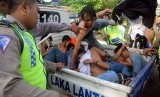 Pelajar diamankan saat tawuran (Ilustrasi). Empat pelaku tawuran pelajar di Bekasi ditetapkan sebagai tersangka.