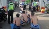 Sejumlah pelajar diamankan saat tawuran oleh Kepolisian Polres Bogor di Jalan Raya Bogor, Cibinong, Kabupaten Bogor, Jawa Barat, Senin (5/12).