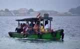 Sejumlah penumpang menaiki kapal menuju Dermaga Pulau Pramuka, Kepulauan Seribu, Kamis (23/3).