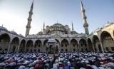 Umat Muslim Turki menunaikan Shalat Idul Fitri di Masjid Sultan Ahmad, Istanbul, Ahad (25/6).