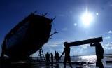 Pekerja bersiap menarik kapal pinisi saat akan diturunkan ke laut di kawasan pembuatan kapal pinisi Bonto Bahari, Kabupaten Bulukumba, Sulawesi Selatan, Jumat (7/7).