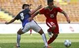 Pesepakbola Indonesia Osvaldo Ardiles Haay (kanan) berbeut bola dengan pemain Kamboja Hoy Phallin dalam pertandingan SEA Games Grup B di Shah Alam, Malaysia, Kamis (24/8).