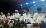Habib Syekh (tengah) mengajak segenap elemen untuk menjaga persatuan dan kesatuan..