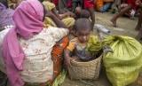 Pengungsi Rohingya dan anaknya. World Vision menyebut, separuh anak-anak di seluruh dunia masih mengalami kekerasan setiap hari.