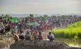 Ribuan pengungsi muslim Rohingya bertahan di perbatasan, setelah tentara Bangladesh melarang mereka bergerak menuju kamp pengungsian di Palong Khali, Bangladesh, Selasa (17/10).