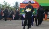 Anggota Brimob Detasemen B Polda Papua memberikan penghormatan terakhir kepada almarhum Brigadir Firman ketika prosesi pemakamkan di Timika, Mimika, Papua, Rabu (15/11).