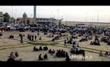 Sebuah gambar ambil yang diambil dari rekaman video menunjukkan orang-orang berkumpul di luar masjid yang diserang di kota utara Arish, Semenanjung Sinai, Mesir.