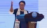 Menteri Luar Negeri Retno LP Marsudi mengenakan syal bergambar bendera Palestina dan Indonesia pada pembukaan Bali Democracy Forum Ke- 10 di Indonesia Convention Exebation (ICE) Serpong, Banten Kamis (7/12).
