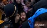 Dalam foto file bulan September 2017, seorang anak Muslim etnis Rohingya menangis ketika berebut pembagian makanan di kamp pengungsian Cox Bazar, Bangladesh.