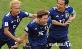 Selebrasi pesepak bola Jepang Yuya Osako (tengah) usai mencetak gol kedua timnya pada pertandingan grup H Piala Dunia 2018 di Mordavia Arena, Saransk, Selasa (19/6).
