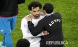 Pesepak bola Mesir Mohamed Salah disambut official timnas Mesir usai kalah melawan Rusia 1-3 di Stadion St. Petersburg,Rabu (20/6) dini hari.