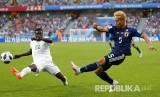 Pesepak bola Jepang Yuto Nagatomo dan Pesepak bola Senegal Moussa Vague berebut bola pada pertandingan grup H Piala Dunia 2018 antara Jepang melawan Senegal di Yekaterinburg Arena, Ahad (24/6).