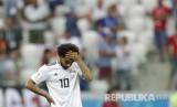 Reaksi pesepak bola Mesir Mohamed Salah setelah pesepak bola Arab Saudi Salem Aldawsari berhasil menjebol gawang Mesir pada pertandingan grup A Piala Dunia 2018 di  Volgograd Arena, Senin (25/6) WIB.