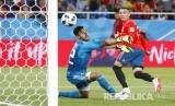 Penjaga gawang Maroko Monir El Kajoui gagal menepis bola a pada pertandingan grup B Piala Dunia 2018 di Kaliningrad Stadium, Selasa (26/6) dini hari WIB.