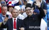 Pria dengan wajah yang mirip Presiden Rusia Vladimir Putin dan pemimpin Korea Utara Kim Jong Un terlihat turut menyaksikan pertandingan grup A Piala Dunia 2018 antara Uruguay dan Rusia di Samara Arena, Senin (25/5) WIB.