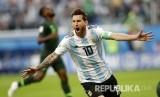 Selebrasi pesepak bola Argentina Lionel Messi setelah mencetak gol pertama pada pertandingan grup D Piala Dunia 2018 di Stadion Saint Petersburg, Rabu (27/6) dini hari WIB.