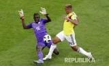Penjaga gawang Senegal Khadim Ndiaye menyelamatkan bola dari jangkauan pesepak bola Kolumbia Luis Muriel  pada pertandingan grup H Piala Dunia 2018 di  Samara Arena, Kamis (28/6).