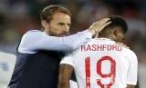 Pelatih timnas Inggris Gareth Southgate menenangkan pemainnya Marcus Rashford usai kalah 0-1 dari Belgia pada pertandingan Grup G Piala Dunia 2018 di Kaliningrad Stadium, Kaliningrad, Jumat (29/6) dini hari WIB.