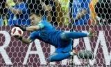 Penjaga gawang Rusia Igor Akinfeev berhasil menepis tendangan penalti Spanyol pada pertandingan babak 16 besar Piala Dunia 2018 antara Rusia melawan Spanyol, di Stadion Luzhinik, Moskow, Ahad (1/7).