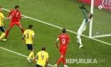 Pesepak bola Inggris Dele Alli mencetak gol kedua bagi Inggris pada laga babak perempat final Piala Dunia 2018 melawan Swedia, di Samara Arena, Sabtu (7/7).