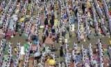 Jalan raya di sekitar masjid Namirah dipadati jamaah haji yang melaksanakan shalat Dhuhur, Senin (20/8), pada saat pelaksanaan ibadah wukuf.