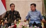 Presiden Joko Widodo (kiri) berbincang dengan Wakil Presiden Jusuf Kalla ketika memimpin sidang kabinet paripurna di Istana Negara, Jakarta, Selasa (16/10/2018).