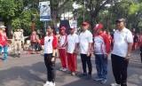 Atlet tenis Natalia Ratih menyerahkan obor api yang berasal dari Mrapen Grobogan, kepada Wakil Wali Kota Solo Achmad Purnomo di depan Stadion Sriwedari Solo, Jumat (19/10). Kirab obor digelar menjelang pembukaan Pekan Olahraga Provinsi (Porprov) Jawa Tengah XV 2018 yang akan digelar Jumat malam di Stadion Sriwedari.