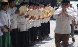 [ilustrasi] Calon Presiden (capres) nomor urut 02 Prabowo Subianto disambut pengasuh Pondok Pesantre Tebuireng, Jombang, Jawa Timur, Senin (22/10).