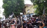 Ribuan umat Islam yang tergabung dalam Komunitas Nahi Munkar Surakarta (Konas) menggelar aksi dalam rangka mengecam kasus pembakaran bendera bertulis lafal tauhid yang dilakukan oknum anggota Banser di Garut. Aksi dilakukan dengan konvoi menggunakan kendaraan bermotor dari Jl Honggowonggo melewati kantor PCNU Solo dan Mapolresta Solo, Selasa (23/10)