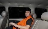 Bupati nonaktif Lampung Selatan Zainudin Hasan berada dalam mobil tahanan usai menjalani pemeriksaan di KPK, Jakarta, Kamis (1/11/2018).
