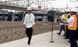Presiden Joko Widodo (Jokowi) meninjau MRT di Depo MRT Lebak Bulus, Jakarta Selatan, Selasa (6/11).