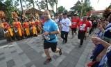 Kesenian Lima Gunung menyambut para peserta Friendship Run di pelataran  Candi Pawon, Desa Wanurejo, Kecamatan Borobudur, Kabupaten Magelang, Jawa  Tengah, Jumat (17/11). Friendship Run ini digelar sebagai pra acara utama  Borobudur Marathon 2018 Powered by Bank Jateng.