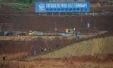 Pekerja menyelesaikan konstruksi terowongan proyek kereta cepat Jakarta-Bandung di Cipeundeuy, Kabupaten Bandung Barat, Jawa Barat, Rabu (21/11).